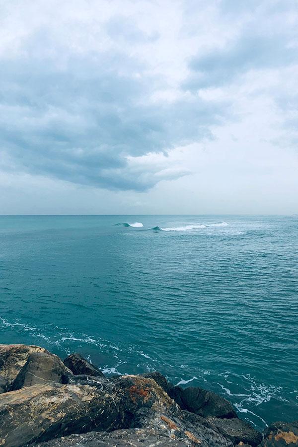 Imagen del mar y unas rocas para texto La Quiropráctica